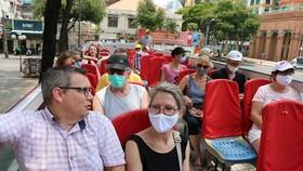 Du khách Pháp tham quan TPHCM bằng xe bus mui trần ngày 26-3