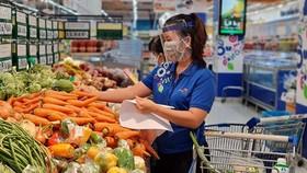 """Nhân viên siêu thị Co.opmart """"đi chợ"""" giùm khách hàng"""