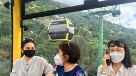 Du khách tham quan núi Bà Đen bằng cáp treo