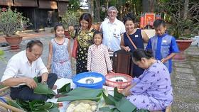 Người nước ngoài và kiều bào gói bánh chưng trong dịp tết Nguyên đán