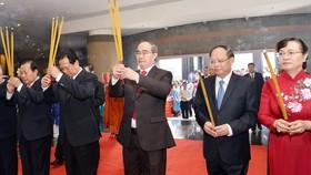 Các đồng chí lãnh đạo TPHCM cùng các đại biểu dâng hương tại lễ Giỗ Tổ Hùng Vương. Ảnh: VIỆT DŨNG
