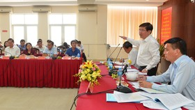 Chủ tịch UBND TPHCM Nguyễn Thành Phong phát biểu trong buổi làm việc với quận 7. Ảnh: VIỆT DŨNG