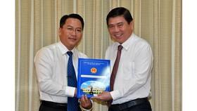 Đồng chí Nguyễn Tấn Phát nhận quyết định. Ảnh: VIỆT DŨNG