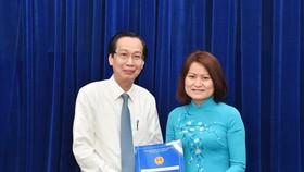Đồng chí Lê Thanh Liêm trao quyết định cho bà Nguyễn Thị Thanh Vân. Ảnh: VIỆT DŨNG
