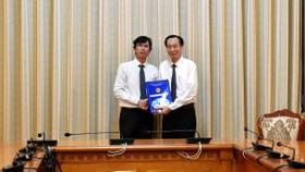 Phó Chủ tịch Thường trực UBND TPHCM Lê Thanh Liêm trao quyết định bổ nhiệm ông Nguyễn Anh Thi làm Trưởng ban Ban Quản lý Khu Công nghệ cao TPHCM