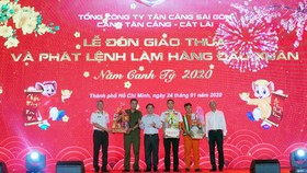 Bộ trưởng Bộ Giao thông vận tải Nguyễn Văn Thể và Phó Chủ tịch UBND TP Võ Văn Hoan tặng quà cho các đơn vị trong buổi làm hàng đầu năm