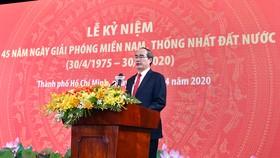 Bí thư Thành ủy TPHCM Nguyễn Thiện Nhân đọc diễn văn tại Lễ kỷ niệm 45 năm ngày Giải phóng Miền Nam, thống nhất đất nước. Ảnh: VIỆT DŨNG