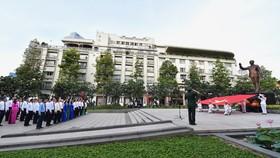 Thành ủy – HĐND – UBND - Ủy ban MTTQ Việt Nam TPHCM tổ chức Lễ chào cờ Kỷ niệm 130 năm Ngày sinh Chủ tịch Hồ Chí Minh.Ảnh: VIỆT DŨNG