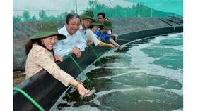 Chủ tịch HĐND TPHCM Nguyễn Thị Lệ tìm hiểu mô hình nuôi tôm ở Cần Giờ. Ảnh: VIỆT DŨNG