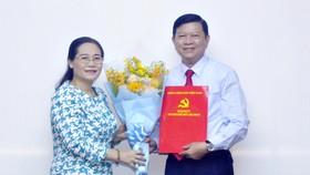 Chủ tịch HĐND TPHCM Nguyễn Thị Lệ tặng hoa chúc mừng đồng chí Nguyễn Tăng Minh. Ảnh: CAO THĂNG