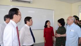 Lãnh đạo TPHCM thăm hỏi gia đình chính sách và tặng thiết bị trường học tại Côn Đảo