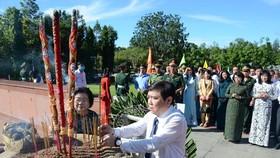 Lãnh đạo TPHCM dâng hương tưởng niệm Anh hùng liệt sĩ tại Nghĩa trang Hàng Dương huyện Côn Đảo