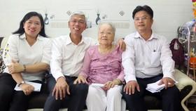 Phó Chủ tịch UBND TPHCM Võ Văn Hoan thăm, tặng quà các gia đình chính sách