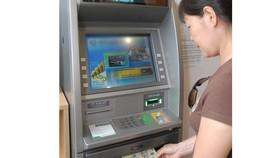 Khuyến khích người dân nhận lương hưu, trợ cấp thất nghiệp qua tài khoản ATM