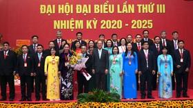 Ông Nguyễn Hồ Hải, Ủy viên Ban Thường vụ Thành uỷ, Trưởng Ban Tổ chức Thành uỷ tặng hoa và chụp ảnh lưu niệm cùng Ban Chấp hành Đảng bộ Khối Dân - Chính - Đảng TPHCM, nhiệm kỳ 2020-2025. Ảnh: HOÀNG HÙNG