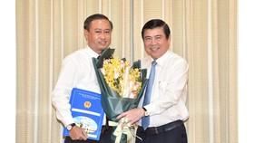 Chủ tịch UBND TPHCM Nguyễn Thành Phong trao quyết định điều động và bổ nhiệm cho ông Huỳnh Thanh Nhân. Ảnh: VIỆT DŨNG