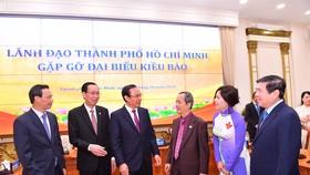 Bí thư Thành ủy TPHCM Nguyễn Văn Nên cùng các đồng chí lãnh đạo TP gặp gỡ kiều bào. Ảnh:VIỆT DŨNG