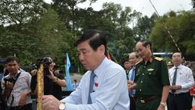 Chủ tịch UBND TPHCM Nguyễn Thành Phong dâng hương tại Bia tưởng niệm các anh hùng liệt sĩ nữ du kích Củ Chi. Ảnh: VIỆT DŨNG