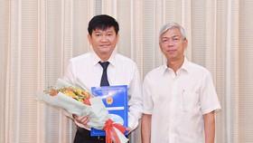 Phó Chủ tịch UBND TPHCM Võ Văn Hoan trao quyết định cho ông Trần Quang Minh. Ảnh: VIỆT DŨNG
