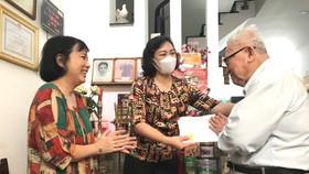 Phó Chủ tịch UBND TPHCM Phan Thị Thắng thăm, chúc tết các hộ dân