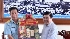 Chủ tịch UBND TPHCM Nguyễn Thành Phong thăm, chúc tết các đơn vị và người dân