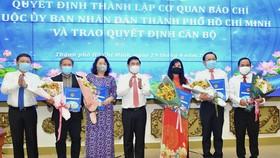 Chủ tịch UBND TPHCM Nguyễn Thành Phong trao quyết định thành lập các cơ quan báo chí thuộc UBND TPHCM. Ảnh: VIỆT DŨNG