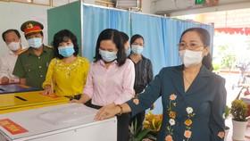 Đồng chí Nguyễn Thị Lệ kiểm tra việc chuẩn bị bầu cử tại Củ Chi, TPHCM. Ảnh: CAO THĂNG