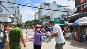 Quận 8 trao 4 tấn rau củ quả đến từng hộ dân đang cách ly, phong tỏa tạm thời