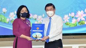 Chủ tịch UBND TPHCM Nguyễn Thành Phong bổ nhiệm 61 lãnh đạo UBND 16 quận  