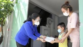 Chủ tịch HĐND TPHCM Nguyễn Thị Lệ cùng các đại biểu trao tận tay 10.000 phần quà hỗ trợ người dân