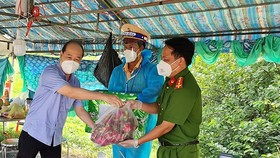 Bí thư Huyện ủy Củ Chi Nguyễn Quyết Thắng thăm, động viên các lực lượng tuyến đầu chống dịch Covid-19 tại huyện Củ Chi