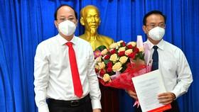 Phó Bí thư Thành uỷ TPHCM Nguyễn Hồ Hải trao quyết định cho đồng chí Ngô Thành Tuấn. Ảnh: VIỆT DŨNG