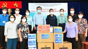 Ủy ban MTTQ VN TPHCM tiếp nhận hỗ trợ của Ủy ban Xã hội của Quốc hội cho công tác phòng, chống dịch Covid-19. Ảnh: VIỆT DŨNG
