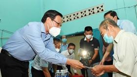 Chủ tịch UBND TPHCM Phan Văn Mãi thăm, chúc thọ người cao tuổi tại quận 8