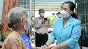 Chủ tịch HĐND TPHCM Nguyễn Thị Lệ thăm, chúc thọ người cao tuổi tại huyện Hóc Môn