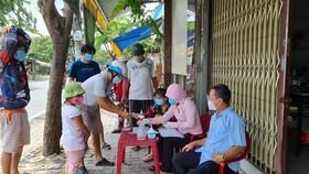 Đến 19 giờ ngày 2-10, gần 270.000 người dân TPHCM đã nhận hỗ trợ đợt 3