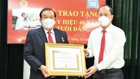 Giám đốc Sở LĐTB-XH TPHCM Lê Minh Tấn nhận Huy hiệu 40 năm tuổi Đảng