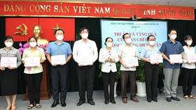 Chủ tịch HĐND TPHCM Nguyễn Thị Lệ tặng thưởng cho các tập thể chống dịch Covid-19 của quận 3. Ảnh: VIỆT DŨNG
