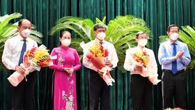 Chủ tịch UBND TPHCM Phan Văn Mãi và Chủ tịch HĐND TPHCM Nguyễn Thị Lệ tặng hoa chúc mừng các đồng chí Tăng Chí Thượng, Nguyễn Văn Hiếu và Đặng Quốc Toàn. Ảnh:VIỆT DŨNG