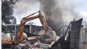 Cháy xưởng giày trong khu dân cư