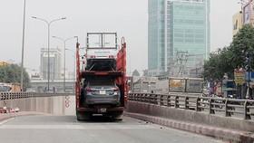 Xe container chở quá khổ tông gãy trụ biển báo hầm chui ngã tư tử thần