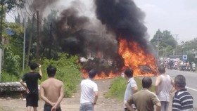 Cháy xe 16 chỗ, một hành khách tử nạn