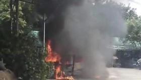 Xe khách bị cháy trơ khung