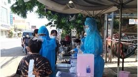Cơ quan y tế lấy mẫu xét nghiệm cho người dân ở huyện Thống Nhất