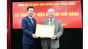 Trao tặng Huy hiệu 60 năm tuổi Đảng cho nguyên Bí thư Thành ủy Hà Nội Lê Xuân Tùng