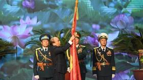 Thay mặt lãnh đạo Đảng, Nhà nước, Thủ tướng Chính phủ Nguyễn Xuân Phúc đã trao Huân chương Quân công hạng Nhất  - Phần thưởng cao quý của Đảng, Nhà nước tặng QĐND Việt Nam tại buổi lễ. Ảnh: VIẾT CHUNG