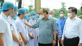 Chủ tịch nước thăm hỏi, động viên người dân và các lực lượng tuyến đầu chống Covid-19 ở Hà Nội