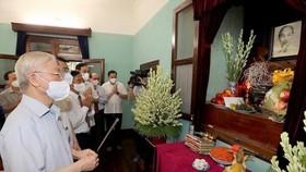 Tổng Bí thư Nguyễn Phú Trọng dâng hương, tưởng niệm Chủ tịch Hồ Chí Minh tại Nhà 67, sáng 2-9. Ảnh: TTXVN