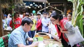 Nhà văn Nguyễn Nhật Ánh ký tặng một bạn đọc. Ảnh: DŨNG PHƯƠNG