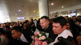 Ryan Giggs, Paul Scholes arrive in Vietnam